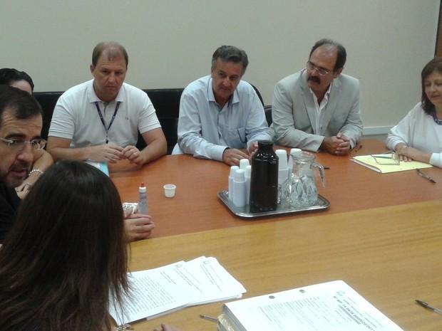 Reunião para assinatura de TAC que obriga Sabesp a tratar esgoto em Águas de São Pedro (Foto: Alessandro Meirelles/Prefeitura de Águas de São Pedro)