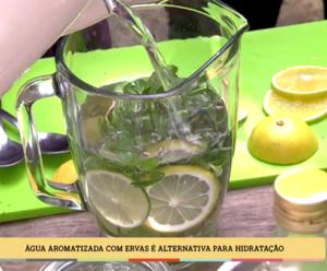 Sabrina Jeha ensna a preparar água aromatizada (Foto: TV Globo)