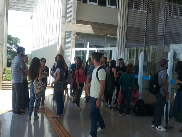 Alunos no Instituto de Biologia da UnB de luto pela estudante assassinada. (Foto: Bárbara Oliveira/G1 DF)