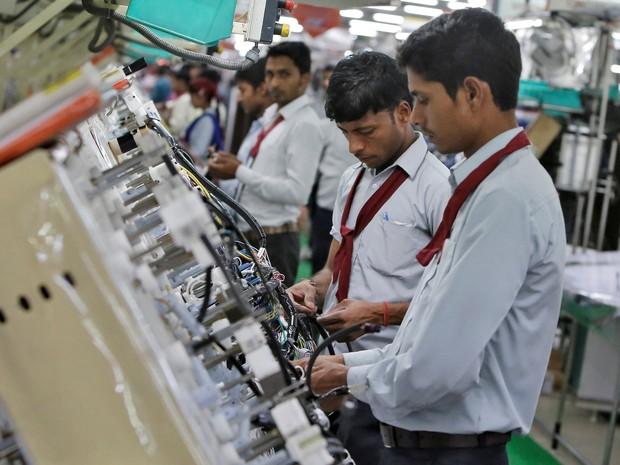 Operários trabalham na linha de montagem de fiação de carros em uma fábrica em Noida, Índia (Foto: Anindito Mukherjee / Índia)