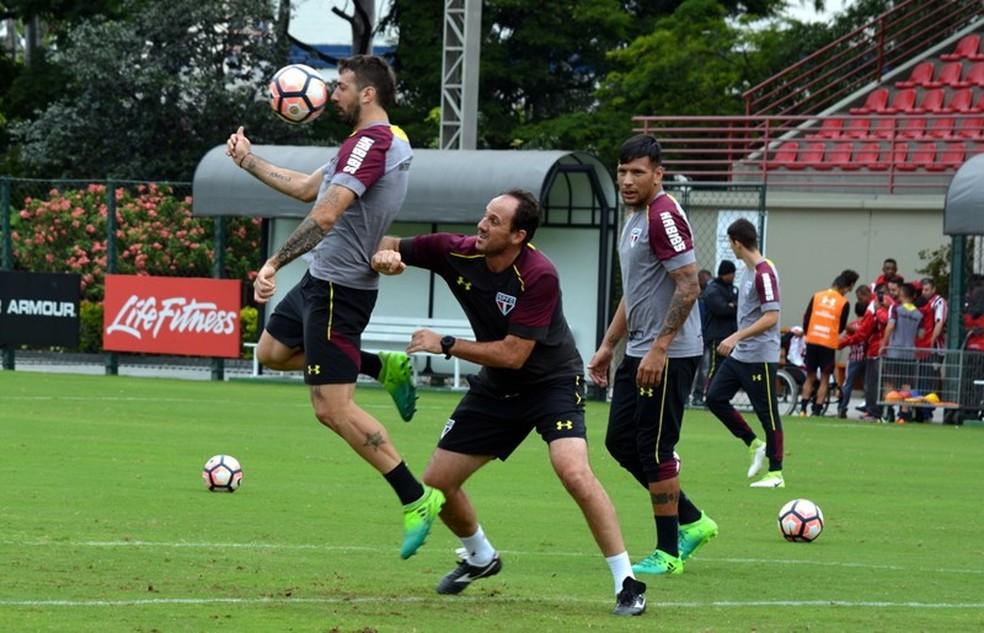 Pratto recebe a marcação do técnico Rogério Ceni durante treinamento no CT da Barra Funda (Foto: Érico Leonan / saopaulofc.net)