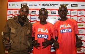 são silvestre Stanlei Koech, Edwin Kipsang Rotich e Mark Korir  quenianos (Foto: VANESSA CARVALHO/BRAZIL PHOTO PRESS/Agência Estado)