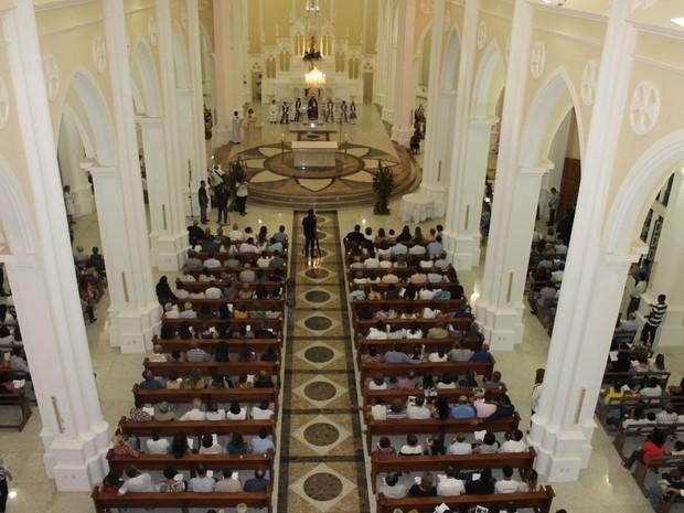Igreja Catedral do Sagrado Coração de Jesus ficou lotada  (Foto: Taisa Alencar / G1)