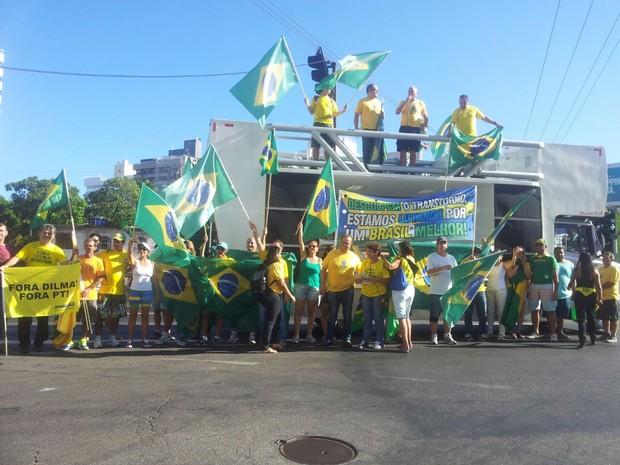 Manifestantes na subida da Terceira Ponte, em Vila Velha (Foto: Juirana Nobres/ G1)