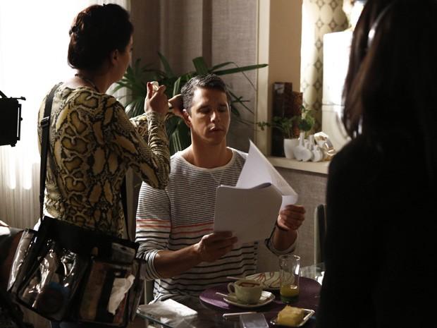 Nos bastidores da gravação, o ator se prepara para entrar em cena (Foto: Fábio Rocha/Gshow)