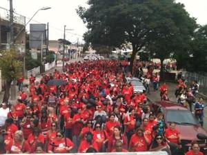 Servidores fizeram uma caminhada na manhã desta segunda-feira (31) e se concentraram na Praça do Verbo Divino, ao lado da Câmara Municipal (Foto: Divulgação/ Sinsep)