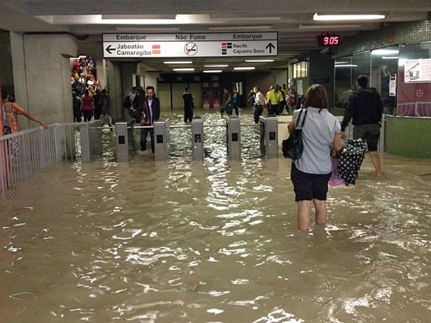 Estação de metrô do Recife está alagada (Foto: Antônio Henrique / TV Globo)
