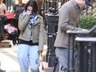 Mila Kunis e Ashton Kutcher se escondem de paparazzo