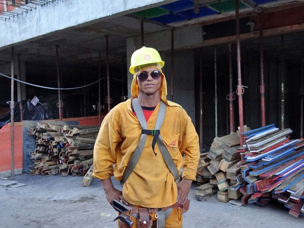 Carpinteiro Edivair Demétrio, 31, trabalha em obra na Zona Norte do Recife; setor da construção civil detém maior participação dos negros, mostra pesquisa (Foto: Débora Soares/G1)