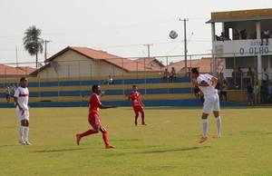 Lance entre Guaicurus e Comercial-MS pela final do estadual sub-19 (Foto: Hélder Rafael)