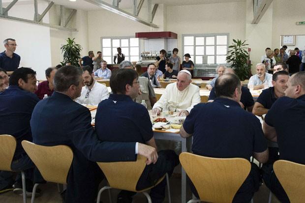 Papa Francisco conversa com trabalhadores do Vaticano em almoço em lanchonete nesta sexta-feira (25) (Foto: Osservatore Romano/Reuters)