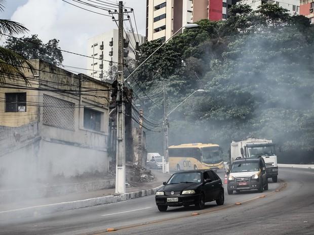 Há muita fumaça no local, o que complicou o trânsito (Foto: Jonathan Lins/G1)