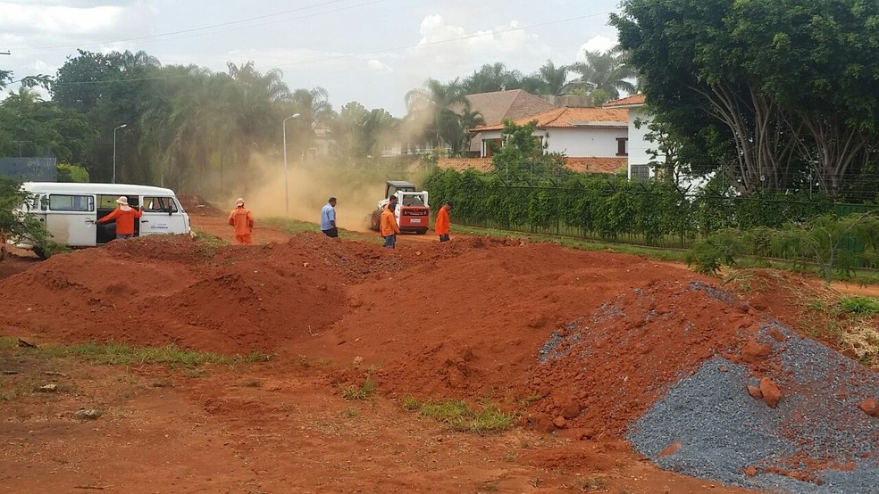Máquinas da Novacap em obra na orla do Lago Paranoá nesta terça-feira (3) (Foto: Guilherme Timóteo/TV Globo)