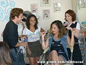 Babette dá aquele trato no visu no salão de Serguei (Foto: Malhação / TV Globo)