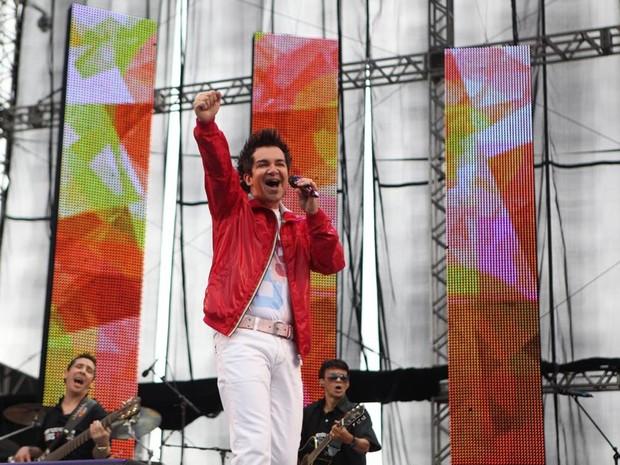 O apresentador Serginho Groisman voltou ao palco para chamar Regis Danese (Foto: Zô Guimarães/G1)