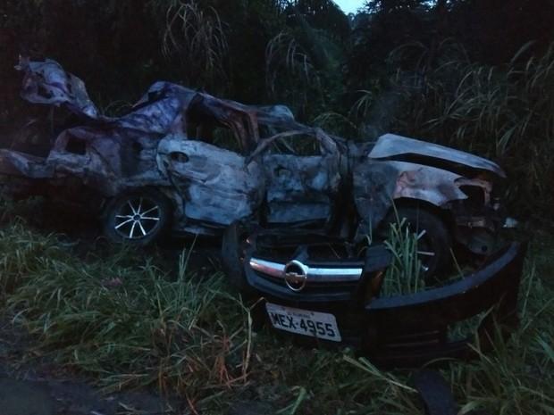 Carro incendiou após bater em moto e caminhão em Indaial (Foto: PRF/Divulgação)