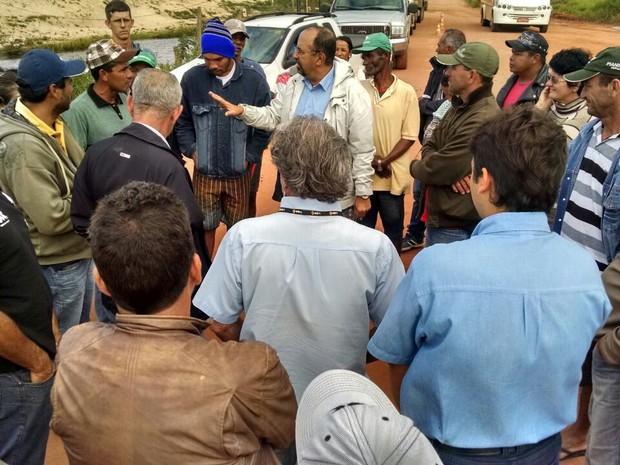 Negiciação para liberação de rodovia no Espírito Santo (Foto: Kaio Henrique/ TV Gazeta)