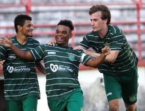 Carlinhos Bala comemora gol que decretou a vitória do América-PE sobre o Ypiranga