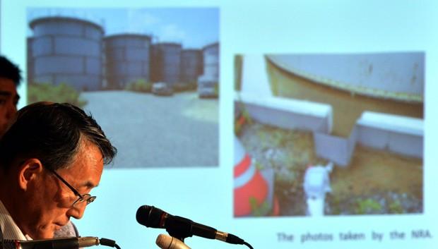 Shunichi Tanaka, da Autoridade de Regulação Nuclear do Japão, faz discurso sobre situação de Fukushima. (Foto: AFP Photo/Yoshikazu Tsuno)