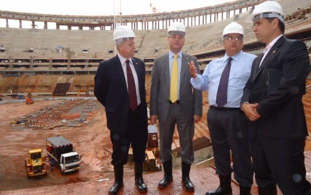 Deputados visitam obra do Mané Garrincha em Brasíla (Foto: Divulgação)
