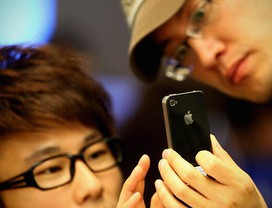 Estudantes japoneses veem fotos em iPhone em Tquio Smartphone (Foto: Getty Images)