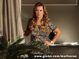 Berna ouve tudo e saca qual é a da loirinha (Foto: Malhação / TV Globo)
