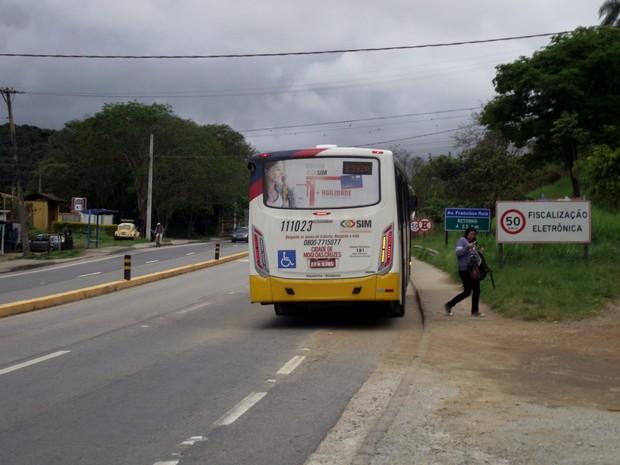 Ponto de parada de ônibus não tem local para travessia, diz arquiteto (Foto: Valdir Mello/VC no G1)