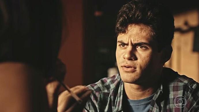 Lucas fica surpreso com o que ouve a respeito de Olívia (Foto: TV Globo)