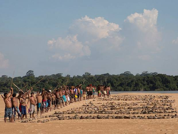 O protesto, que contou com a participação de cerca de 60 Munduruku, ocorreu na região onde o governo pretende construir a primeira de uma série de cinco hidrelétricas na bacia do Tapajós. (Foto: Marizilda Cruppe/Greenpeace)
