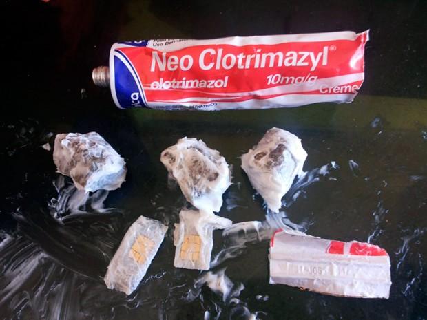 Suspeita tentou entrar na penitenciária com maconha e chips escondidos dentro da embalagem de uma pomada dermatológica       (Foto: Divulgação/Coape-RN)