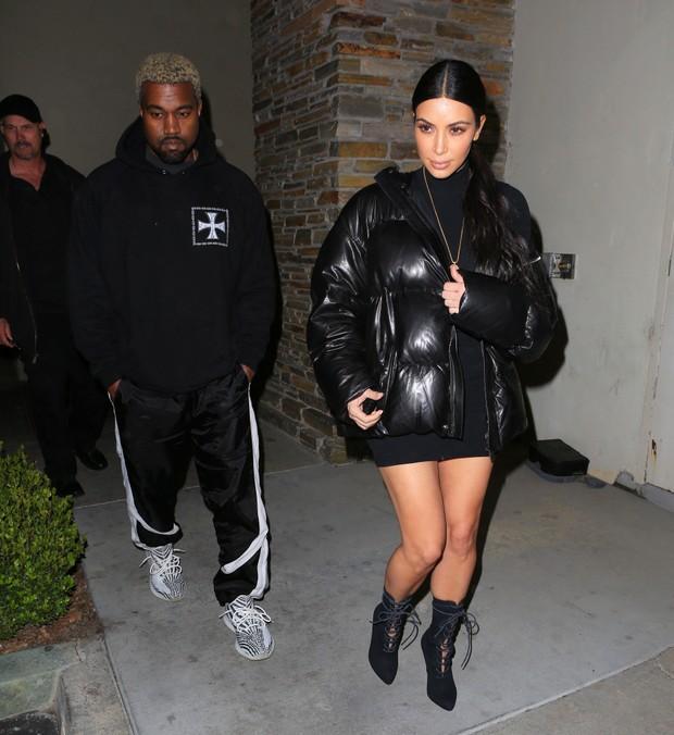 X17 - Kim Kardashian e Kanye West em cinema em Los Angeles, nos Estados Unidos (Foto: X17online/ Agência)