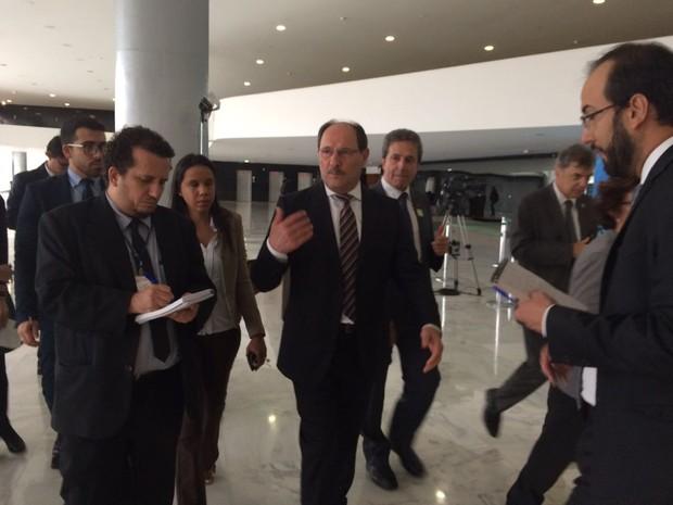 Governador José Ivo Sartori falou com imprensa antes de se reunir com Michel Temer (Foto: Silvana Pires/RBS TV)