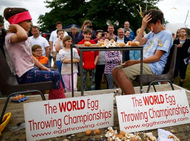 Adolescentes também competiram no torneio 'roleta-russa com ovos' (Foto: Darren Staples/Reuters)