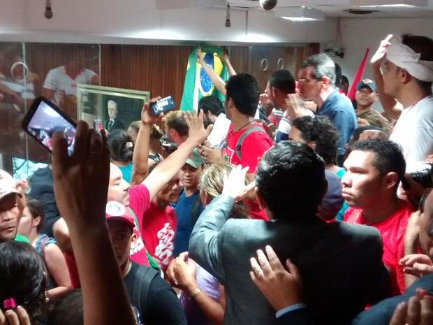Protesto durante visita do deputado federal Eduardo Cunha na Assembleia Legislativa da Paraíba (Foto: Diogo Almeida / G1)
