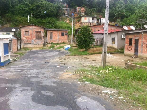 Após a retirada do corpo de rua, movimentação de pessoas no local era tranquilo na manhã desta quinta (Foto: Adneison Severiano/G1 AM)