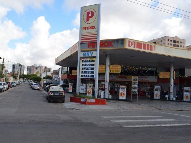 Posto de combustíveis localizado na Rua Urquiza Leal, em Aracaju, é assaltado (Foto: Flavio Antunes/ G1 SE)