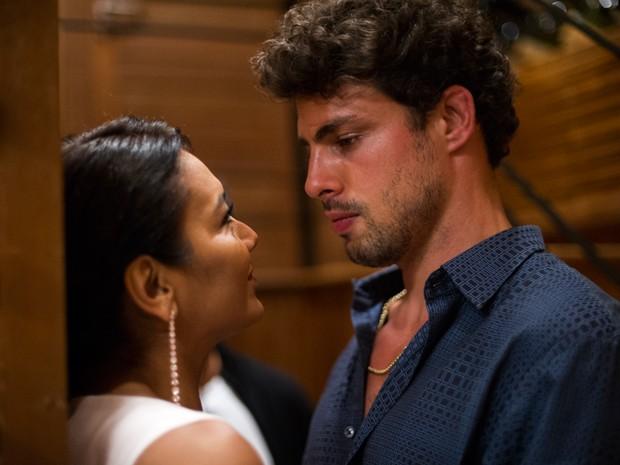 Leandro seduziu Celeste durante a degustação (Foto: Amores Roubados/TV Globo)