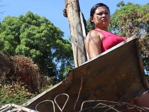 Maria dos Milagres tenta seguir vida após ter casa destruída por incêndio (Foto: Fernando Brito/G1)