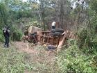 Carreta de soja tomba após motorista ter mal súbito no volante, em RO