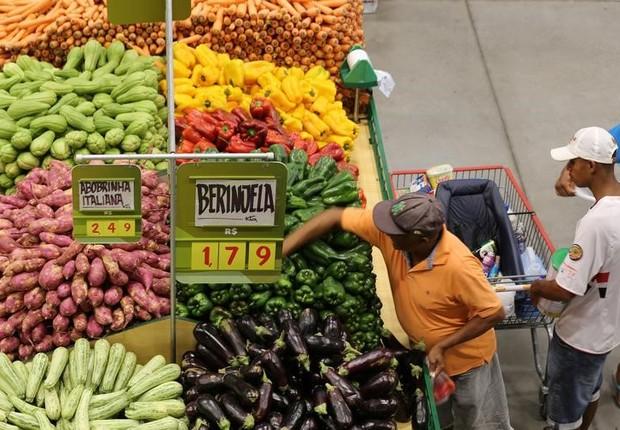 Consumidores em mercado de São Paulo - consumo - supermercado - alimentos - inflação - preço (Foto: Paulo Whitaker/Reuters)