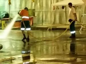 90 trabalhadores fizeram a limpeza no centro da capital (Foto: Comcap/Divulgação )