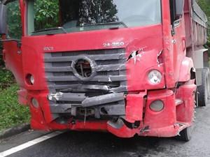 Caminhão se envolveu em acidente em Via de Bertioga, SP (Foto: G1)