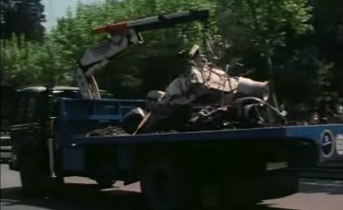 O Hill de Rolf Stommelen ficou completamente destruído após o grave acidente em Montjuic (Foto: Reprodução / YouTube)
