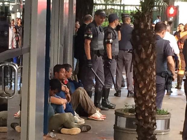 Manifestantes são detidos por policiais durante ato do MTST na Avenida Paulista (Foto: Lívia Machado/G1)