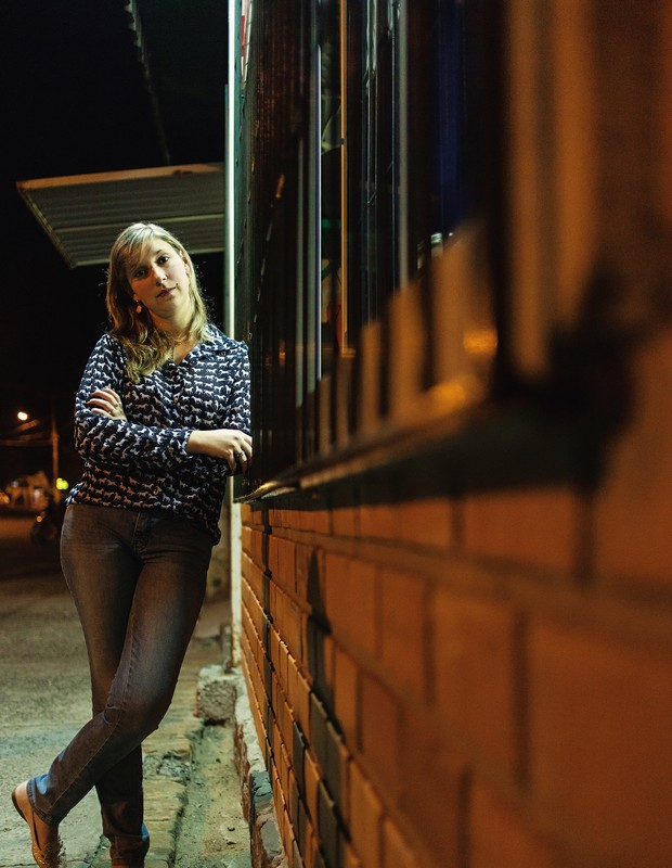 CICATRIZ NA ALMA Marlane Geribone Seeger, de 21 anos, em frente à casa onde mora. Por cinco meses, ela dormiu com os pais e ainda não consegue ficar sozinha no trabalho   (Foto: Ricardo Jaeger/ÉPOCA)