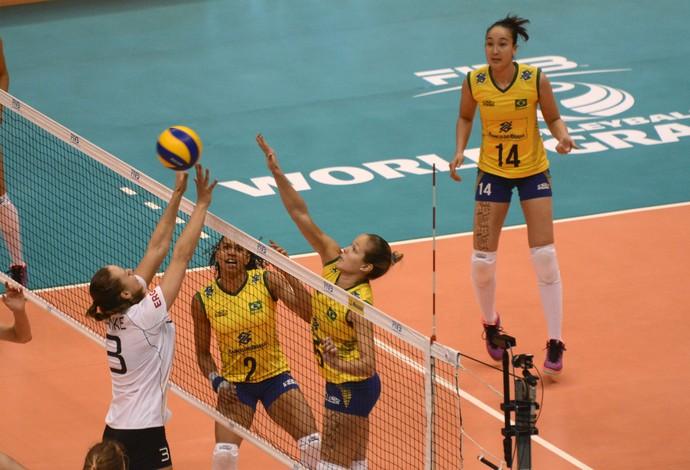 Brasileiras e alemãs brigam na rede em jogo do Grand Prix de vôlei em São Paulo (Foto: Divulgação/FIVB)