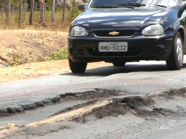 Buracos na BR-316 preocupam motoristas e pedestres no Maranhão (Foto: Reprodução/TV Mirante)