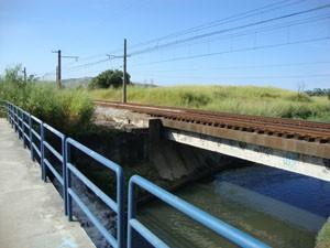 Ciclovia da Estrada de Urucânia beira a linha do trem. (Foto: Mariucha Machado/G1)