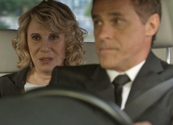 Régis, personagem de Oscar Magrini, está balançando o coração de Nora (Foto: TV Globo)