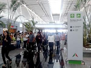 Passageiros nas novas salas de embarque do Aeroporto JK, em Brasília (Foto: Lucas Nanini/G1)